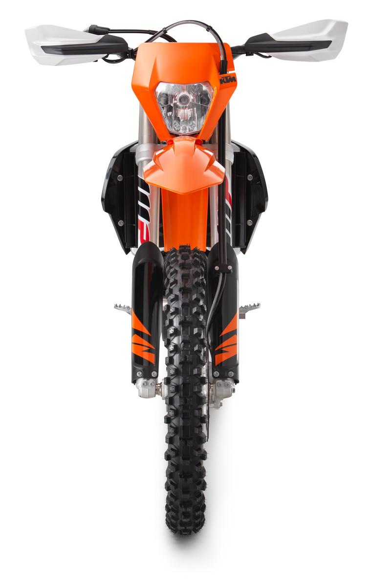 176133_KTM 450 500 EXC-F Front 90 degree MY 2018 studio